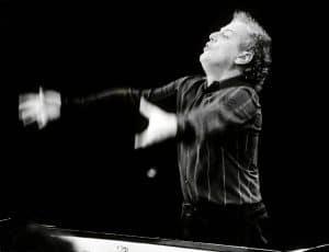 Daniel Barenboim dirigiert mit vollem Körpereinsatz