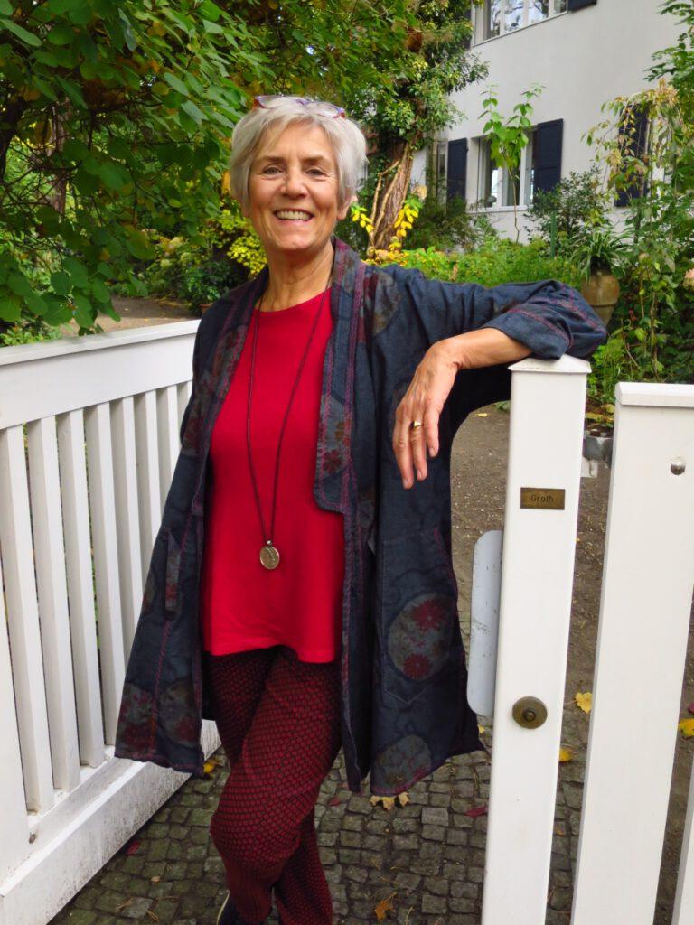 Cordula Groth steht am Garteneingang